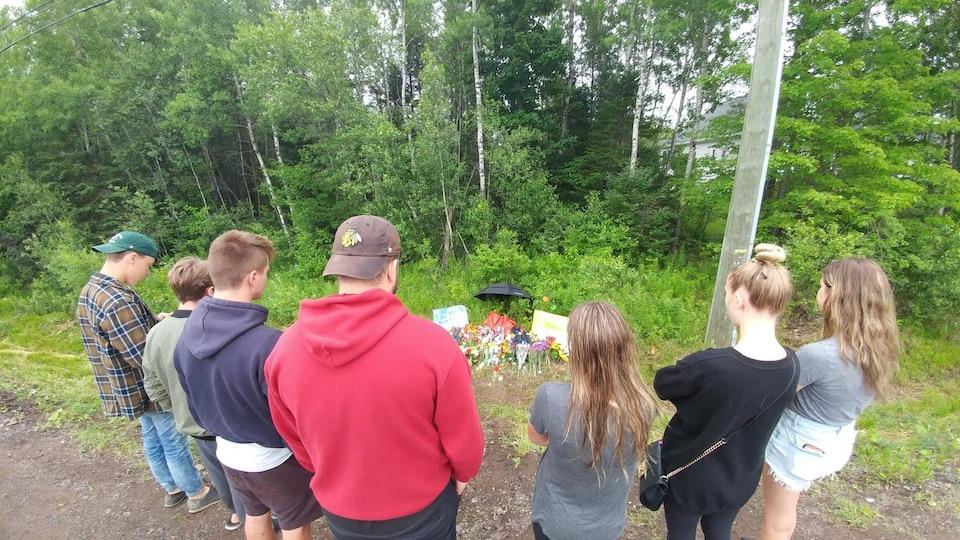 Sept jeunes se recueillent sur le site de l'accident.