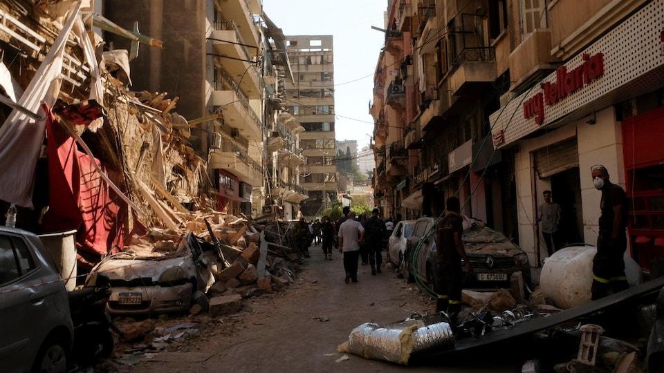 Une rue de Beyrouth sous les décombres