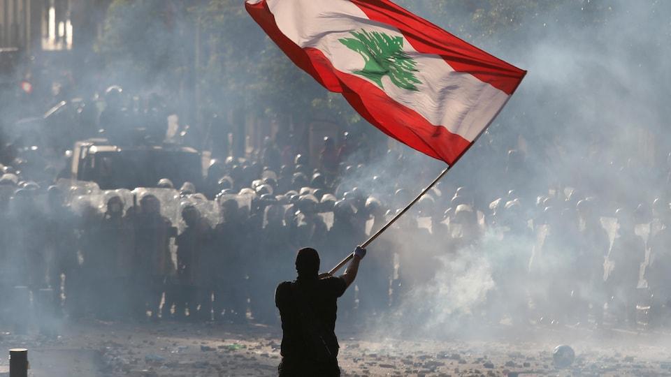 Un manifestant avec un drapeau du Liban.