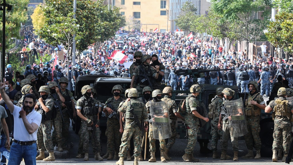Des militaires libanais bloquent la route à des manifestants dans le centre-ville de Beyrouth.