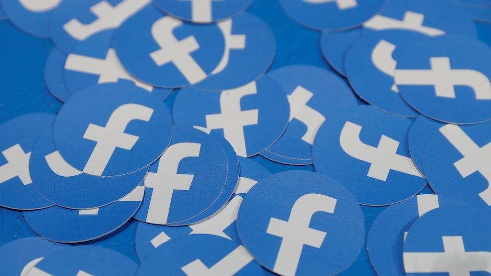 Des autocollants montrant le logo de Facebook sur un fond bleu.