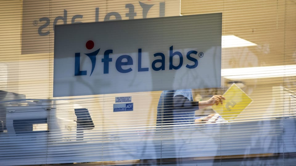 L'affiche d'un laboratoire LifeLabs.