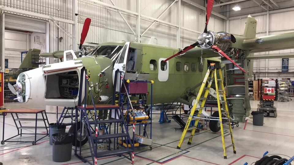 Un avion en train d'être assemblé dans un hangar