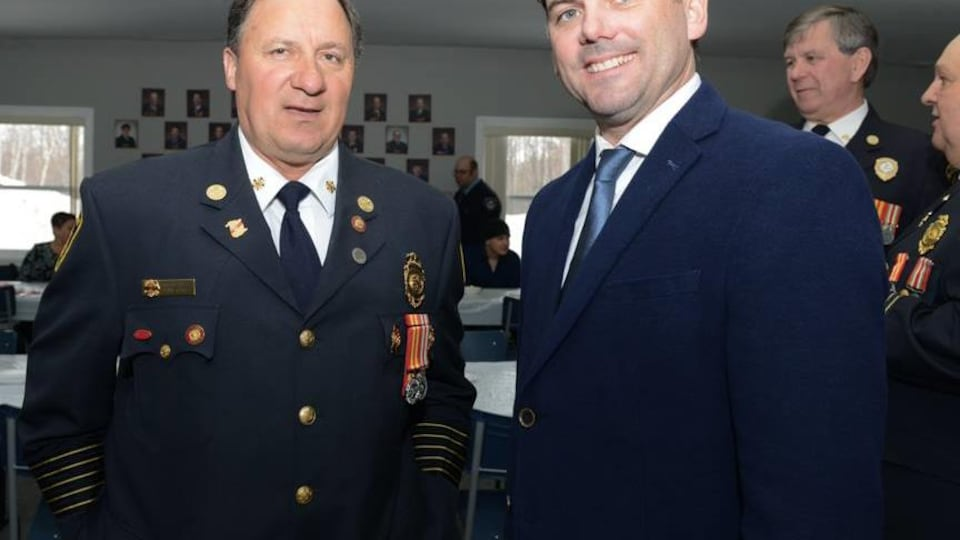 Ligouri Turbide en habit de chef pompier.