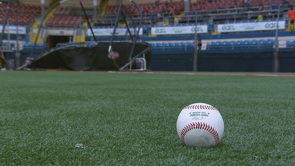 Une balle sur un terrain de baseball