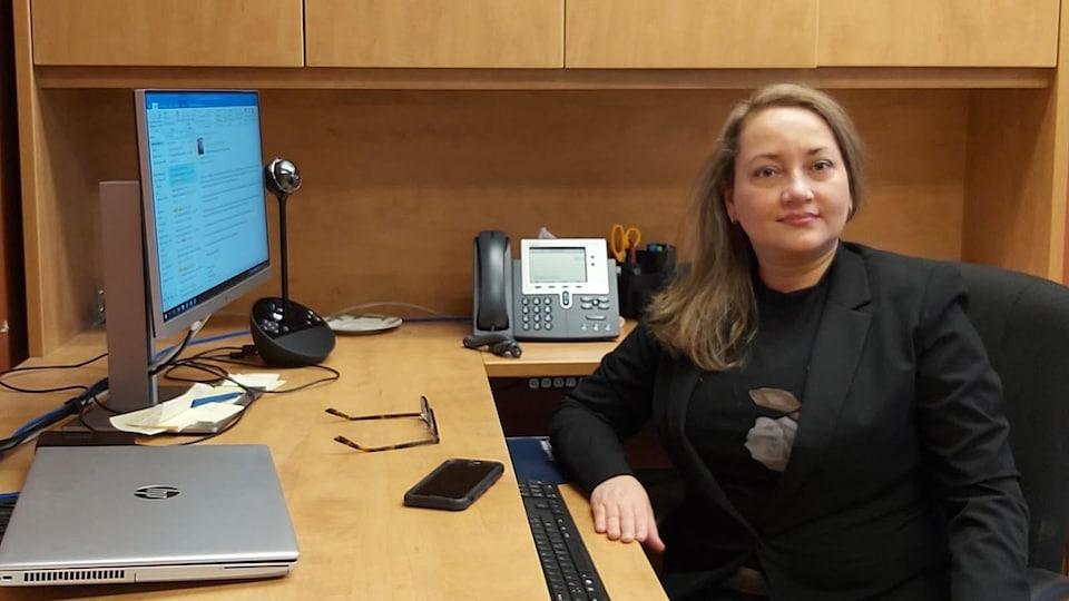 La docteure Romero assise à son bureau.
