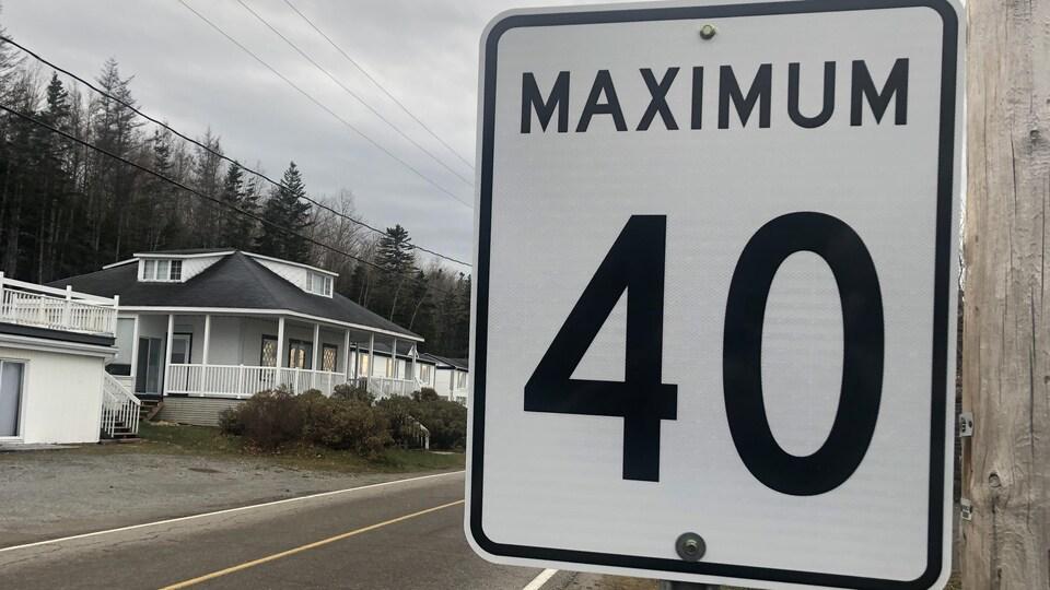 Un panneau indique une limite de vitesse de 40 km/h.