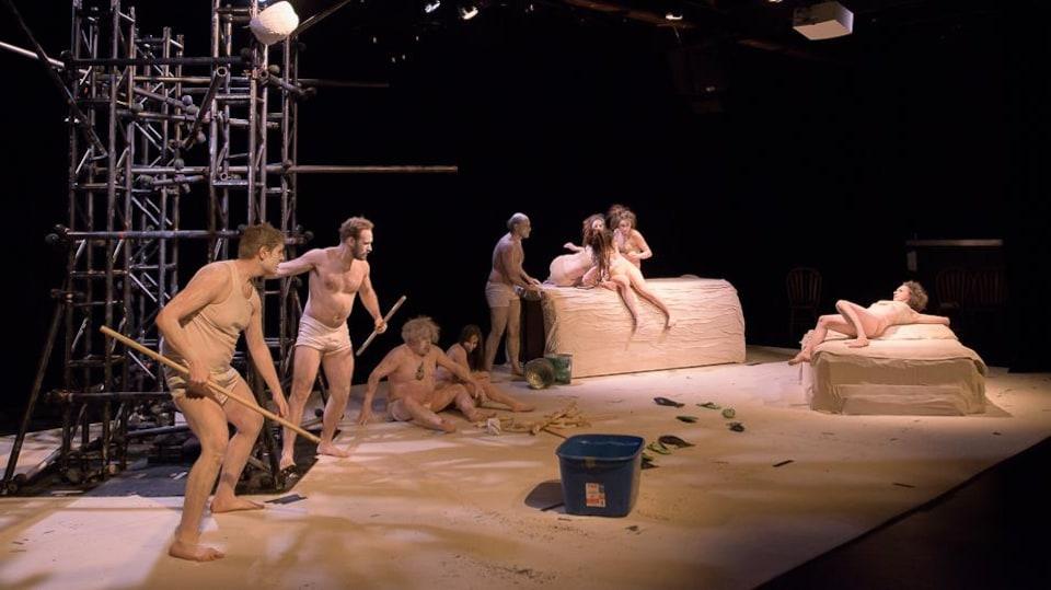 Une scène avec des gens vêtus de beige.