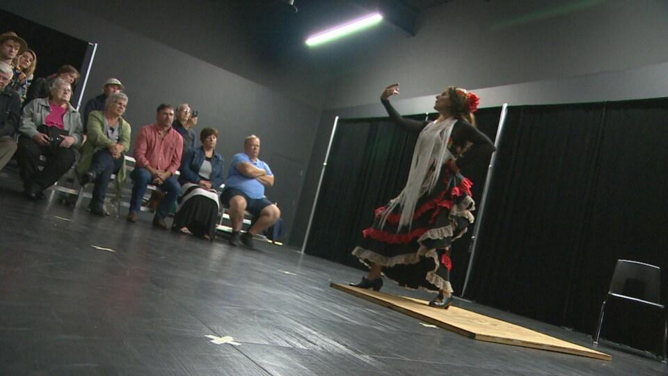 Lina Kazan danse du flamenco.