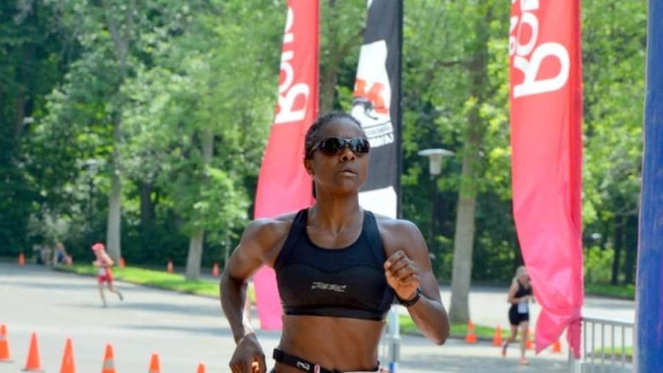 Linda Féquière court lors d'un triathlon. Elle porte le numéro 315.