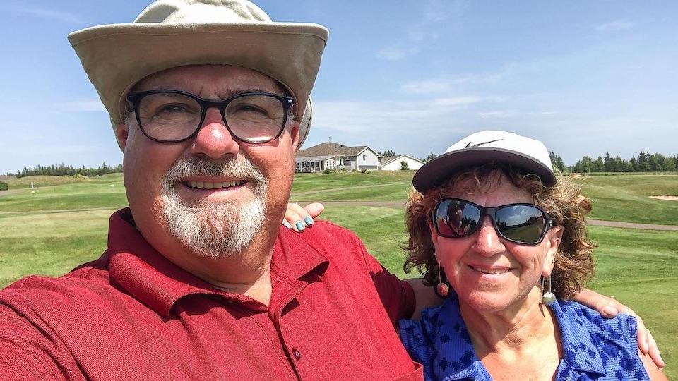 Linda Gallant et son mari font un égoportrait au golf.