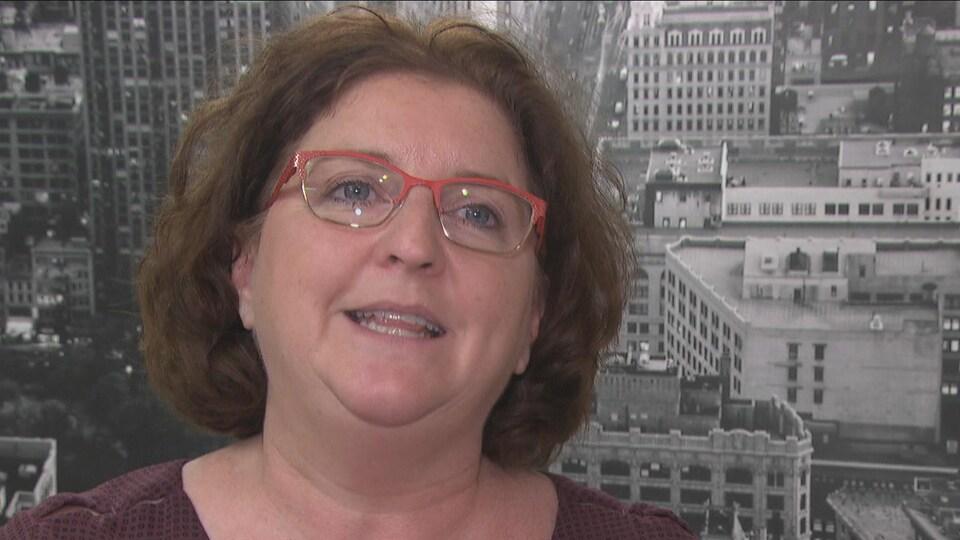 Une femme avec des lunettes rouges