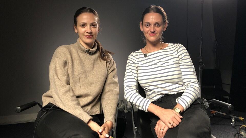 Deux femmes sourient à la caméra.