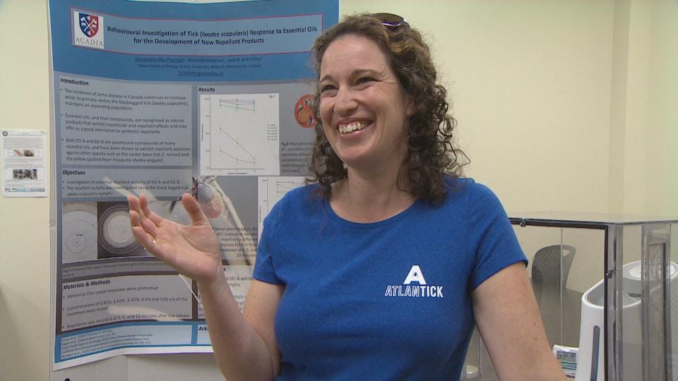 Lisa Ali dans un laboratoire portant un t-shirt annonçant son produit, AtlanTick.