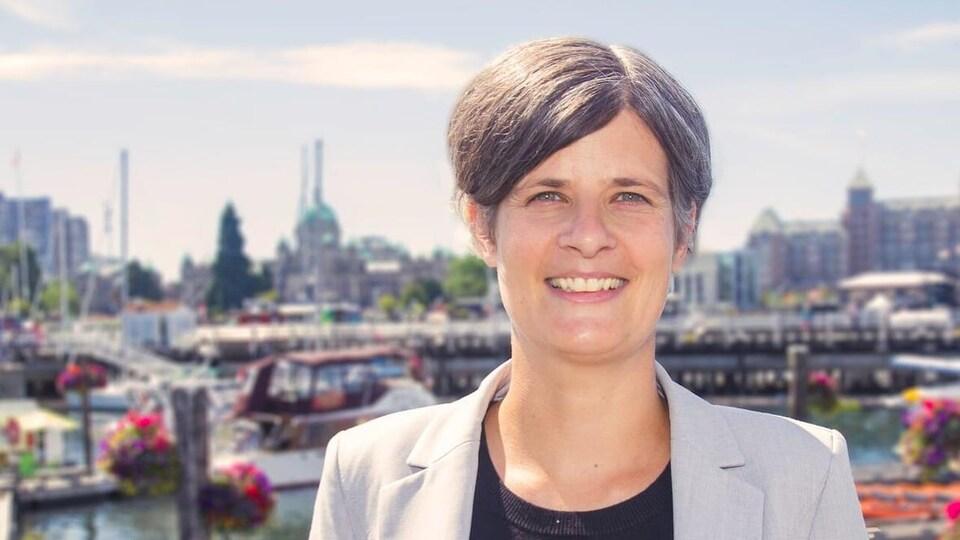 La mairesse de Victoria pose pour la photo.