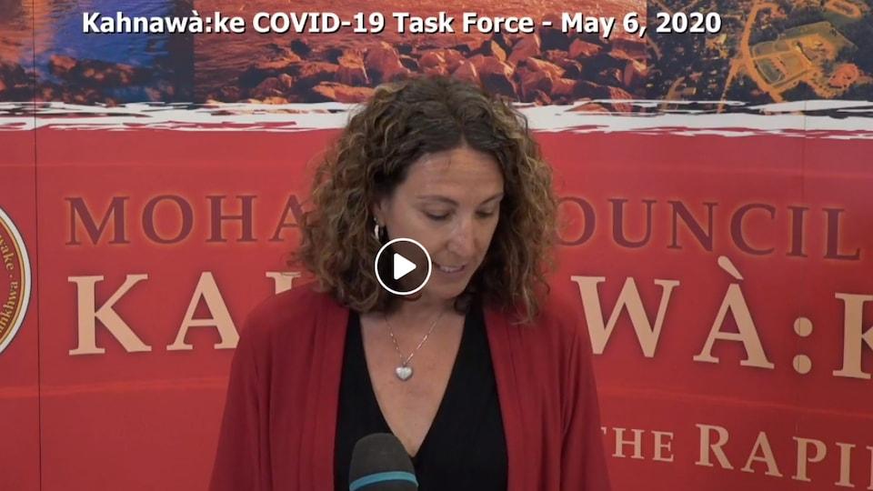 Capture d'écran Facebook de la directrice du centre Hospitalier Kateri-Memorial de Kahnawake, Lisa Westaway, lors d'un des points de presse quotidien de la COVID-19 Task Force.