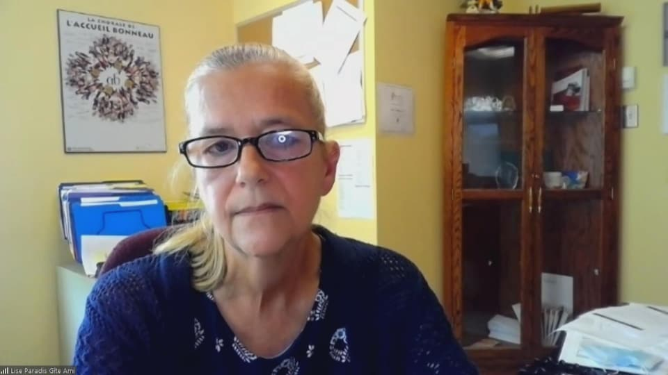 Une femme accorde une entrevue par visioconférence.