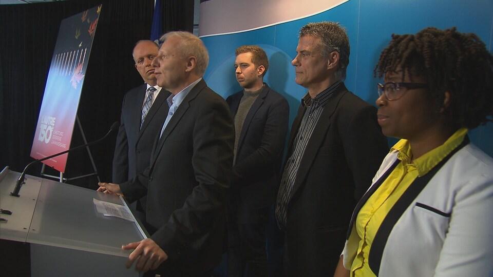 De gauche à droite : le député de Verchères, Stéphane Bergeron, le rappeur Rodolphe Demers, le chef du Parti québécois, Jean-François Lisée, l'historien Gilles Laporte et la militante Marie Imalta Pierre-Lys.