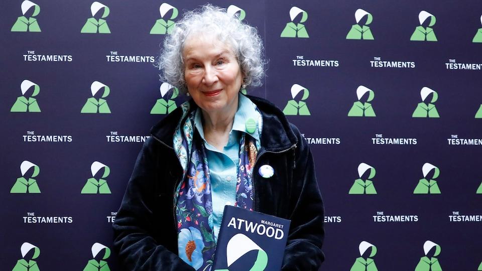 L'écrivaine Margaret Atwood pose avec son nouveau livre Les Testaments.