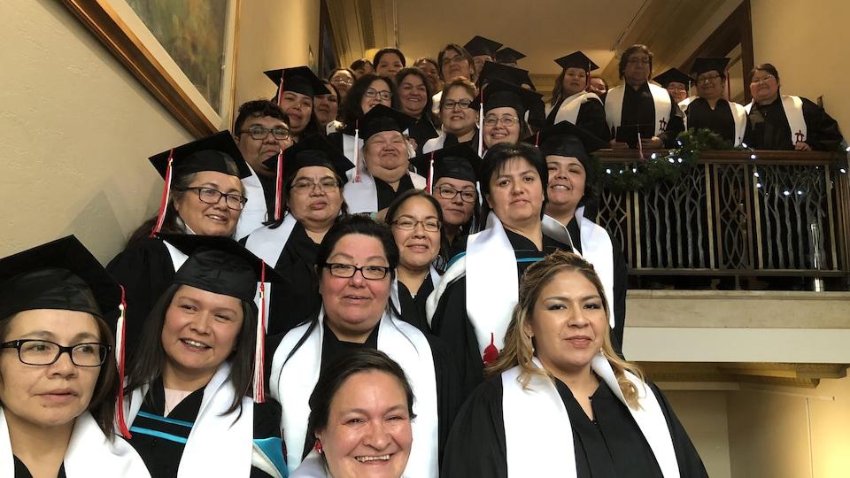 Des diplômés de l'Université McGill rassemblés dans une cage d'escalier