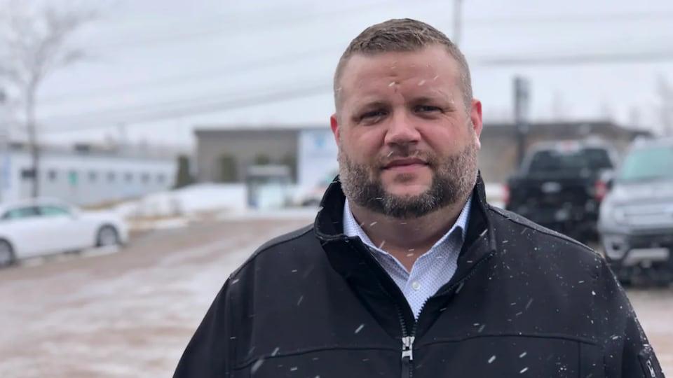 Chad Livingston en entrevue dans un terrain de stationnement