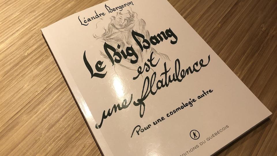 Gros plan sur le livre intitulé Le Big Bang est une flatulence.