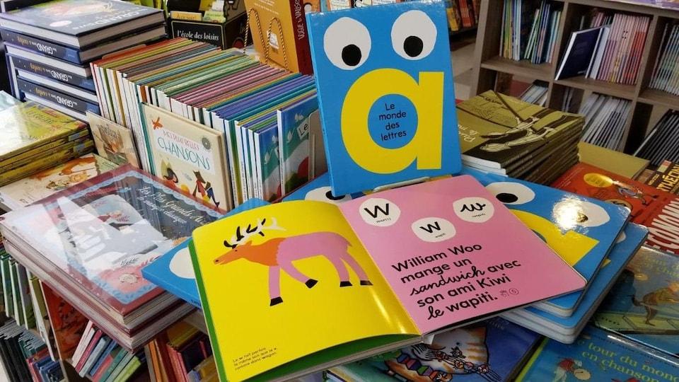 «Le monde des lettres» est un livre ludique et éducatif.