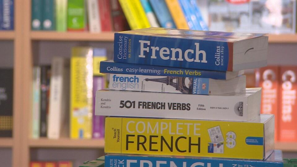 Des manuels de français empilés