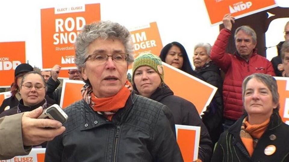 Liz Hanson entourée de candidats et de pancartes