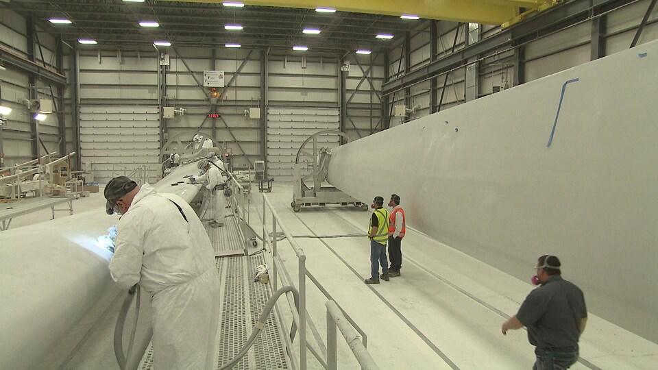Des travailleurs de l'usine LM Wind Power
