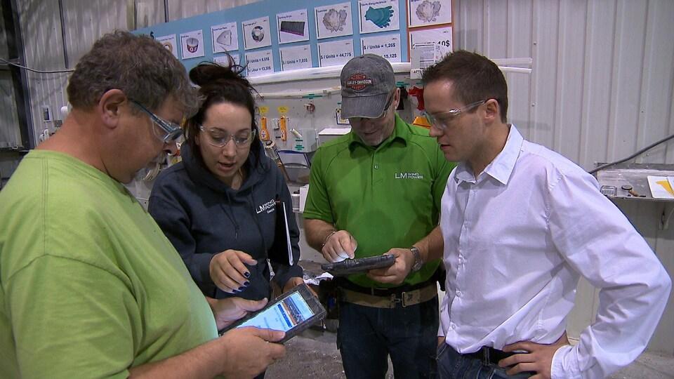 Le directeur de l'usine LM Wind Power, Alexandre Boulay, avec quelques employés