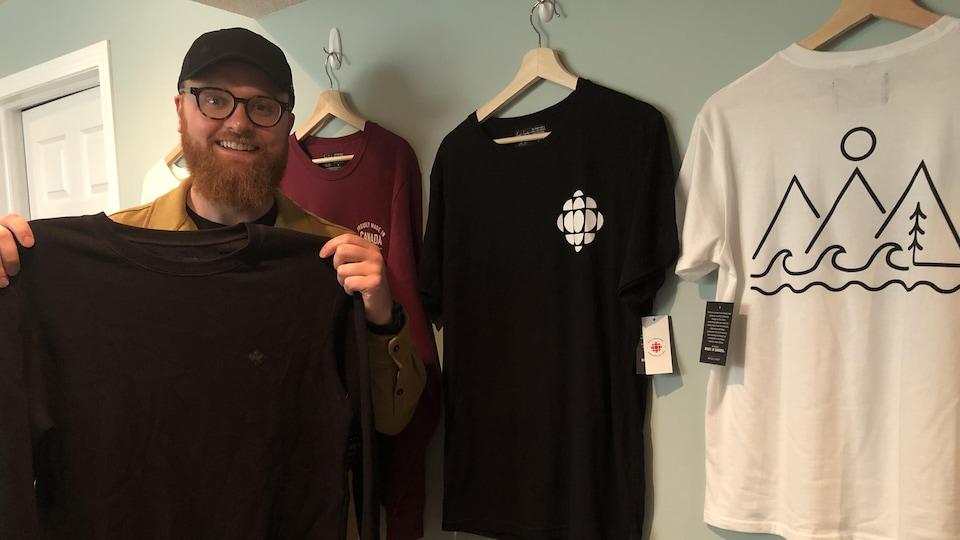 Connor Curran montre des vêtements qu'il vend.