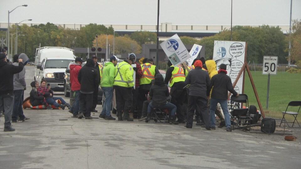 Des travailleurs bloquent la sortie de voitures à l'usine d'ABI à Bécancour