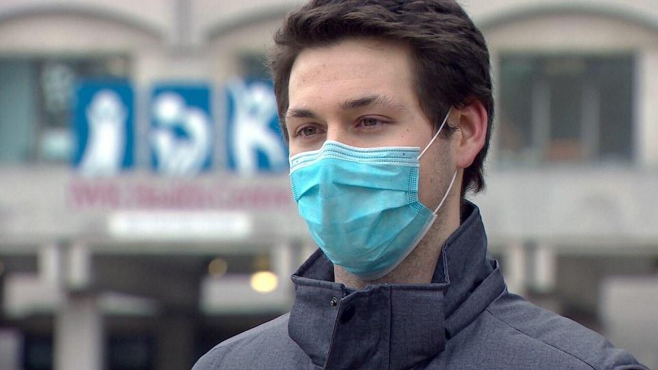 Logan Quinn portant un masque.