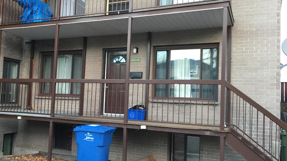 Immeuble de logements visé par l'enquête et dont une fenêtre est trouée.