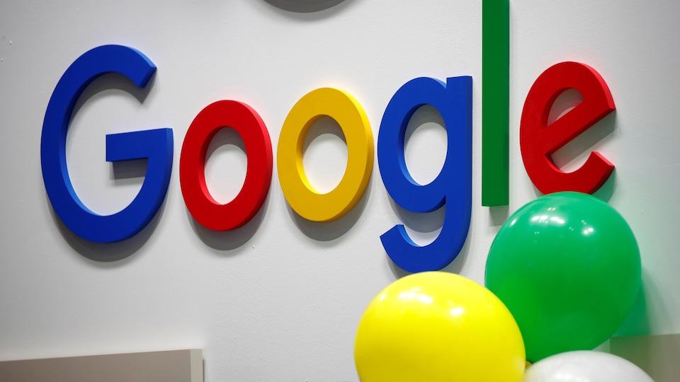 Le logo de Google sur un mur blanc.