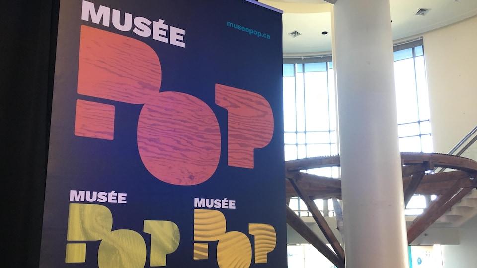 Affiche avec le nom du musée.