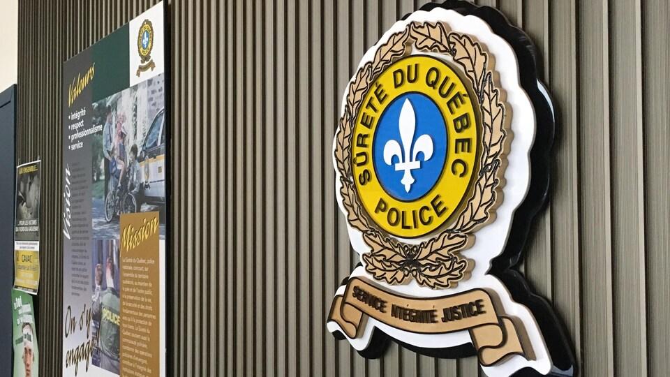 Un panneau avec le logo du service de police