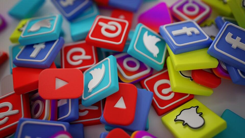 Logos de Pinterest, Facebook, Twitter, Snapchat, YouTube, Instagram.