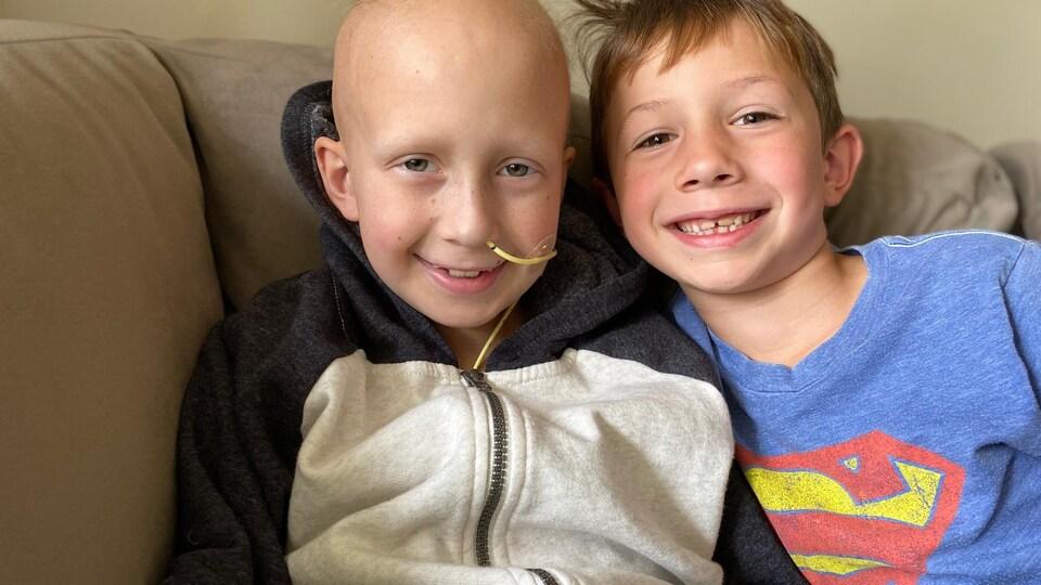 Loic Germaine et son frère Zack sont assis sur un sofa.