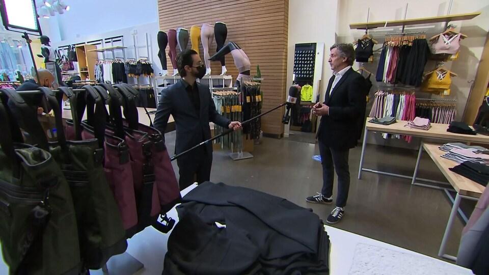 Nicolas Beetz en entrevue dans une boutique.