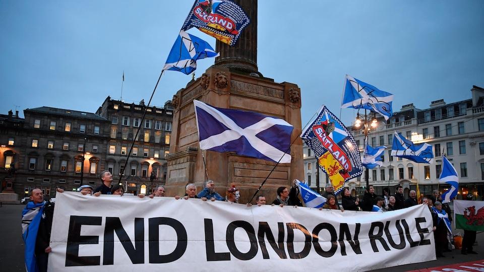 Des partisans de l'indépendance de l'Écosse se sont rassemblés à Glasgow, le 13 mars 2017, à la suite de l'annonce de Nicola Sturgeon sur sa volonté de tenir un deuxième référendum.