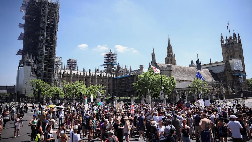 Une foule de manifestants, au soleil, à Londres.