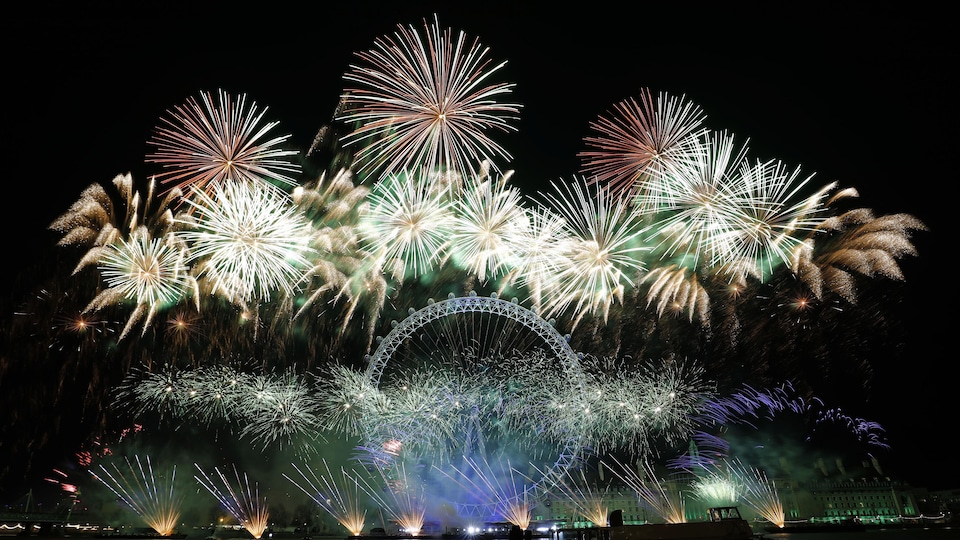 Des feux d'artifice dans le ciel de Londres.