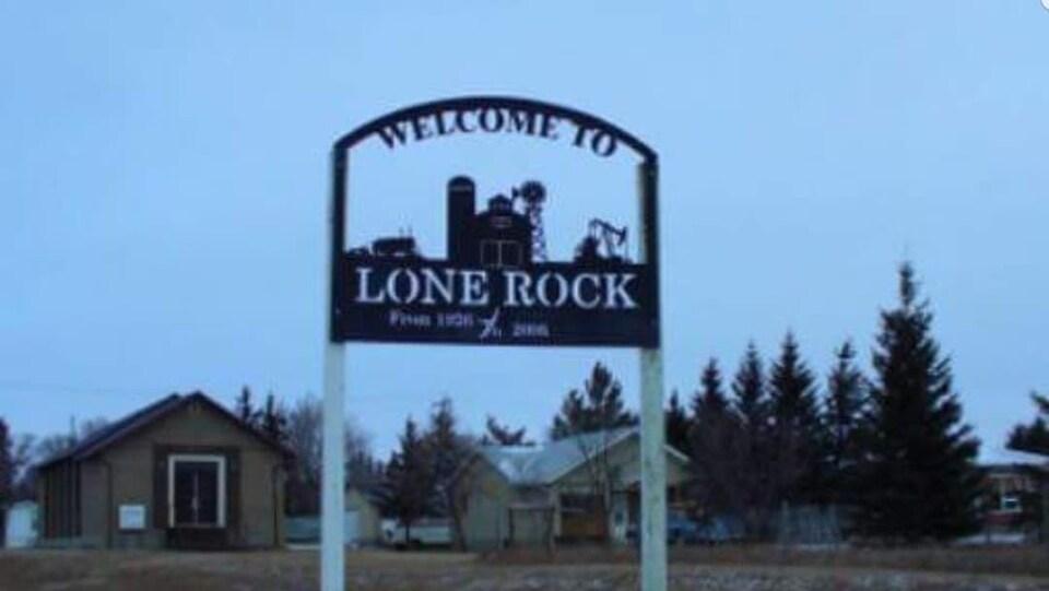 La pancarte dit «bienvenue à Lone Rock».