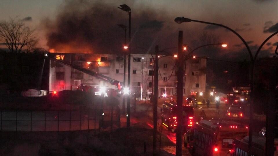 Un immeuble détruit par les flammes à Longueuil