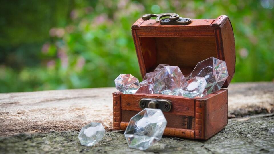 Un petit coffre au trésor ouvert et rempli de diamands