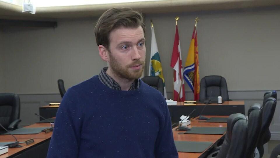 Adam Lordon en entrevue dans la salle de réunion du conseil municipal