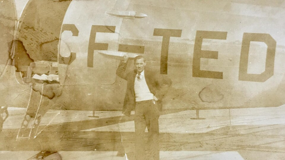 Un homme, Lorne Boyd, devant un avion.