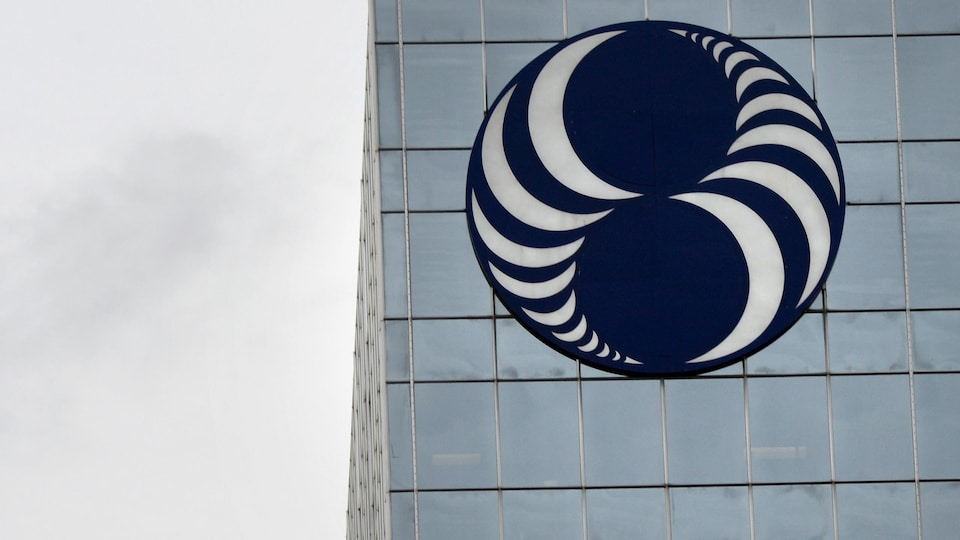 Un bâtiment avec le logo de Loto-Québec.